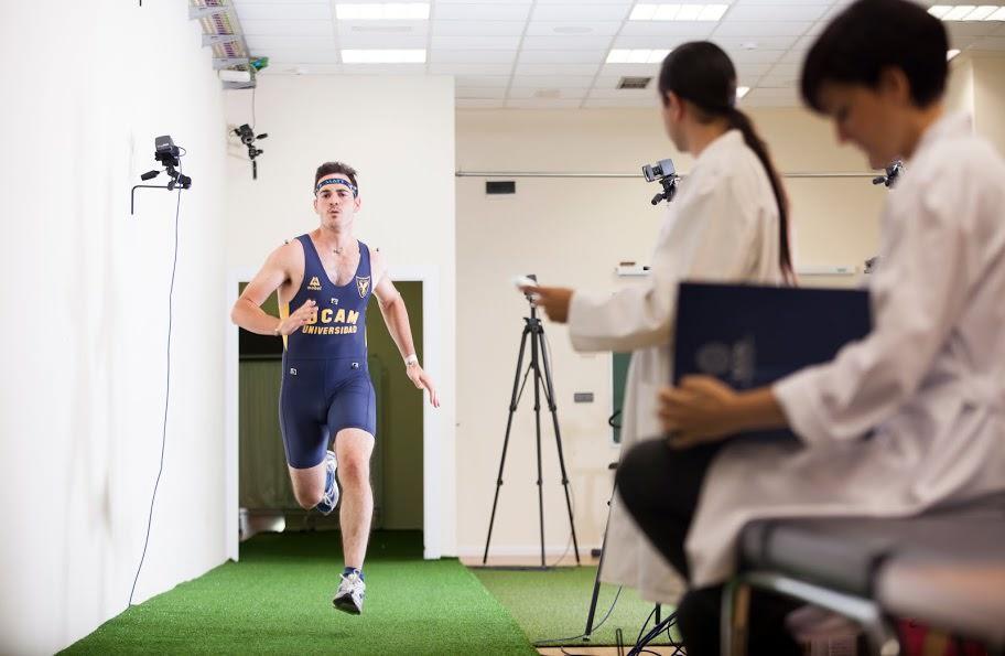 Urheilijatestausta UCAM:n liikuntatieteiden laboratoriossa.