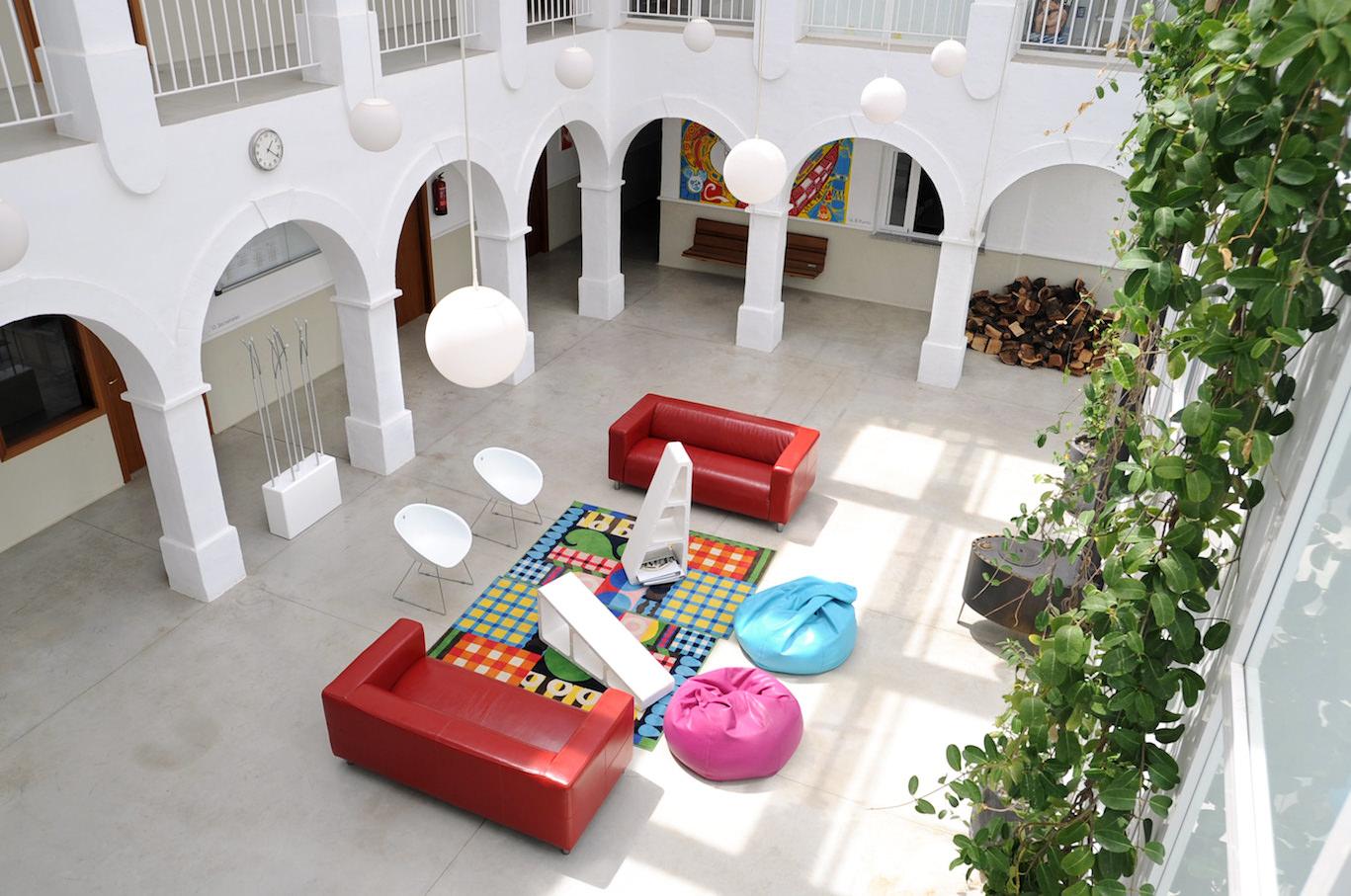 ESPANJAAN OPISKELEMAAN GRAAFISTA SUUNNITTELUA! Marbella Design Academy. Espanjaan yliopistoon.